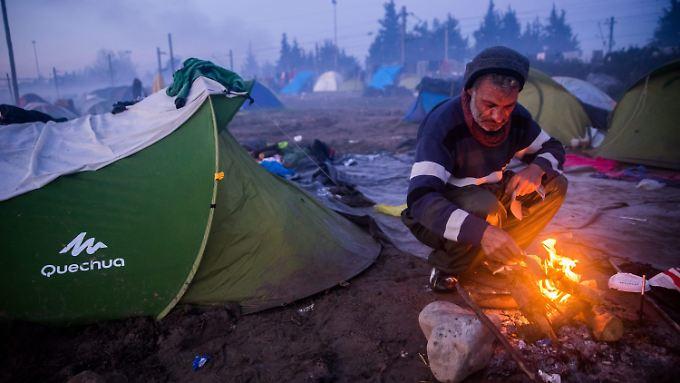 Tausende Flüchtlinge harren unter katastrophalen Bedinungen in Idomeni aus.