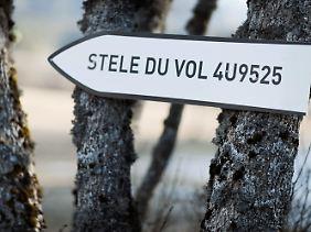 Ein Schild weist in Le Vernet auf die Gedenkstätte für die Opfer des Flugzeugabsturzes des Germanwings Fluges 4U 9525 hin.