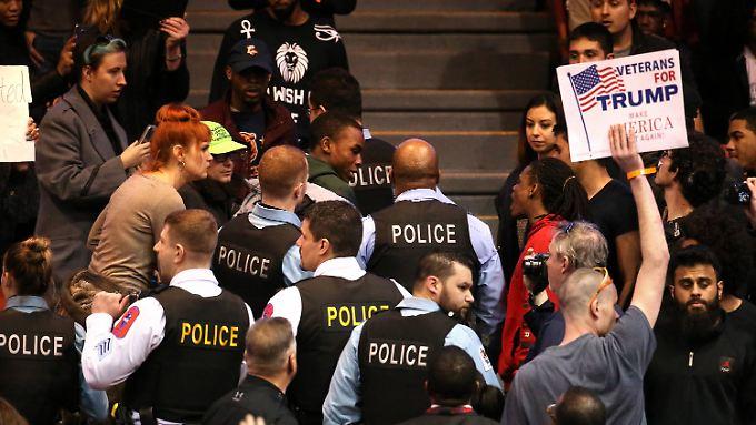 Wahlkampfauftritt in Chicago: Anhänger und Gegner von Trump gehen aufeinander los