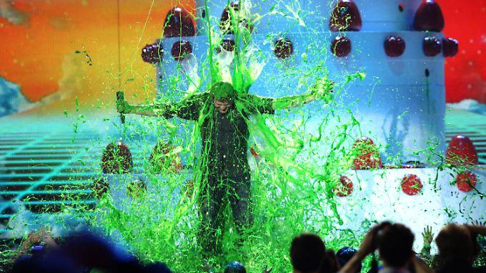 Dieses Mal erwischte die grüne Glibber-Dusche auch Blake Shelton. Seine Freundin Gwen Stefani war entzückt.