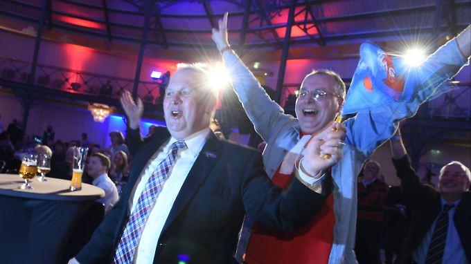 AfD-Anhänger freuen sich in Stuttgart über den Erfolg ihrer Partei.