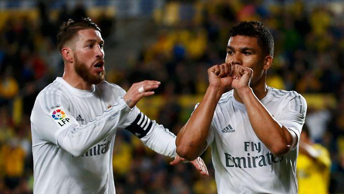 Sergio Ramos (l.) freut sich mit Casemiro über dessen Tor in fast letzter Minute.