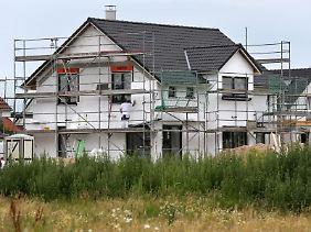Wird ein Grundstück bebaut, wird das auch im Grundbuch vermerkt. Auch der Eigentümer der Immobilie ist dort verzeichnet. So kann im Laufe der Jahre die Geschichte eines Hauses nachvollzogen werden.
