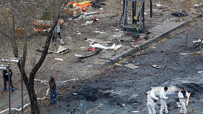 Spuren der Verwüstung: Am Morgen nach dem Anschlag geht die Suche nach den Drahtziehern weiter.