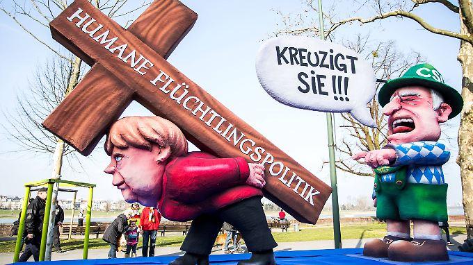 Die Angriffe der CSU gegen Merkels Flüchtlingspolitik waren auch Thema beim nachgeholten Rosenmontagszug in Düsseldorf.
