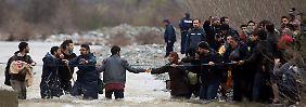 Hunderte Menschen überquerten den kleinen Grenzfluss nach Mazedonien - wo sie von Polizei und Armee festgesetzt wurden.