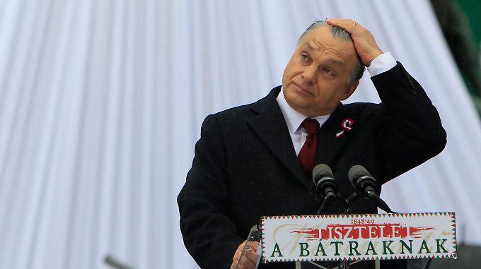 Orbans Rede vor dem Nationalmuseum wird von Protestrufen Hunderter Demonstranten begleitet.