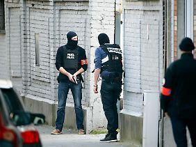 Vermummte Sicherheitskräfte gehen in Stellung: Der oder die Täter sind noch auf der Flucht.