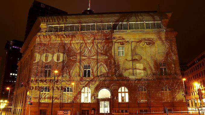 """Für Kenner und Liebhaber der D-Mark: Zum Auftakt der """"Light & Building""""-Messe in Frankfurt erstrahlt dort die Fassade einer Deutsche-Bank-Filliale in der Lichtprojektion eines 1000-D-Mark-Geldscheins."""