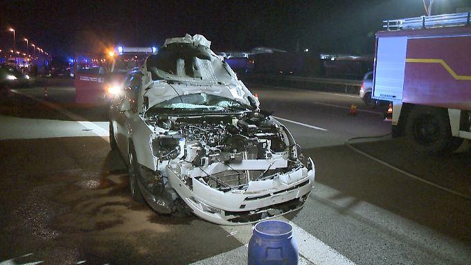 An dem Unfall beteiligter Wagen auf einer Raststätte an der A2: Nach dem Lastwagen, der den jungen Mann ebenfalls überfuhr, wird noch gesucht.