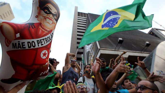 Brasilien erlebt heftige Proteste gegen die unter Korruptionsverdacht stehende Präsidentin Rousseff.