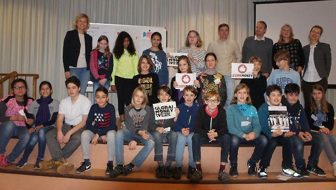 """Die Gründer von Morgen: n-tv Moderatorin Carola Ferstl mit den Teilnehmern der """"Learn Money Week""""."""