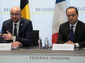 Fahndungserfolg in der belgischen Hauptstadt: Belgiens Regierungschef Charles Michel tritt an der Seite von Frankreichs Staatspräsident Francois Hollande vor die Presse.