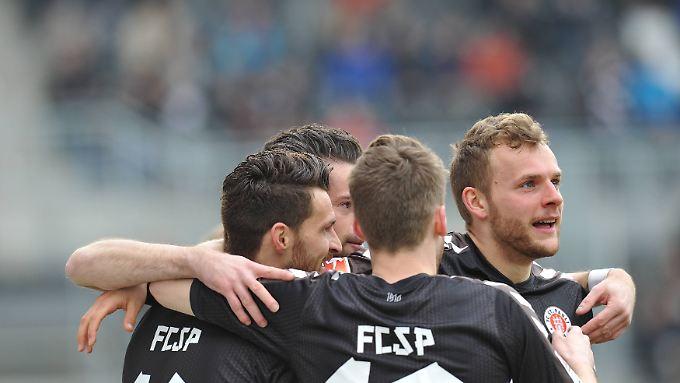 Die Kiezkicker haben allen Grund zur Freude. Nach zwei Niederlagen holen sie gegen Sandhausen drei Punkte und mischen wieder mit im Aufstiegsrennen.