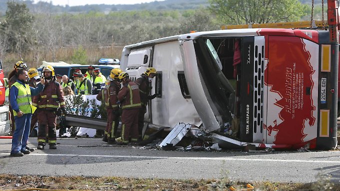 Der Busfahrer soll die Kontrolle über das Fahrzeug verloren haben.