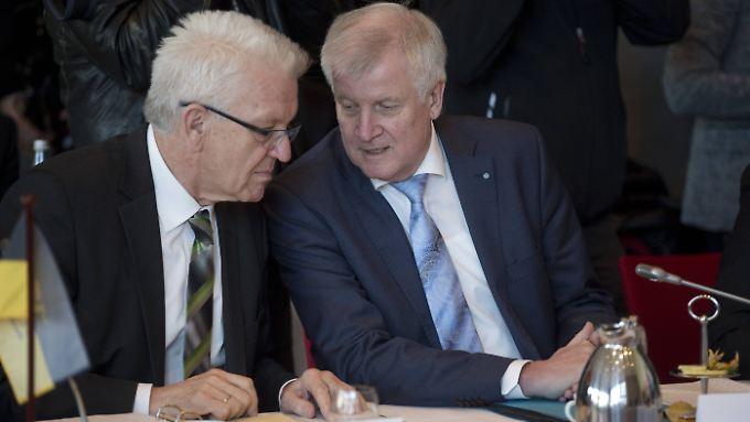 Seehofer (r.) attestiert seinem baden-württembergischen Amtskollegen Kretschmann politisches Können.