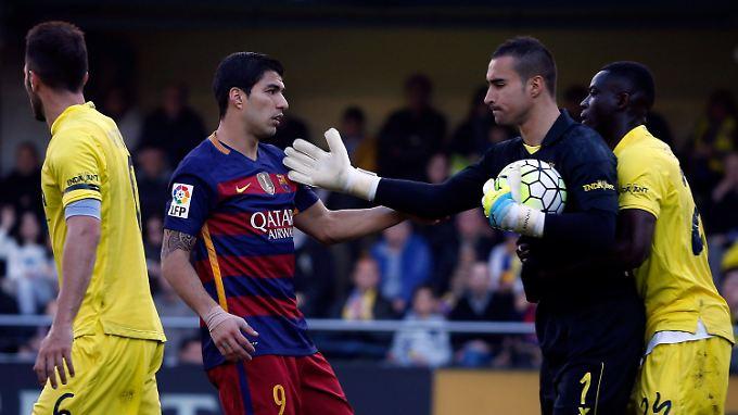 Barcas Stürmer Suarez und Villareals Keeper Asenjo kommen sich in die Quere.