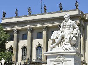 Vielreisender Naturforscher: Statue von Alexander von Humboldt vor der Humboldt-Universität in Berlin, Unter den Linden.