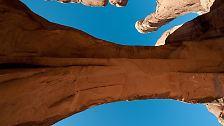 Die zahlreichen bogenförmigen Felsformationen im Arches Nationalpark haben ihren Ursprung hauptsächlich in Wasser, Eis und extremen Temperaturen. Die Öffnungen reichen von einem Meter Länge bis hin zu 93 Metern, wie beim Landscape Arch, dem längsten Bogen des Parkes.