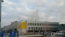Am Morgen gibt es plötzlich mehrere Explosionen in der Abflughalle.