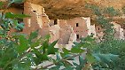 """Westlich der Rocky Mountains liegen die Felswohnungen der indianischen Ureinwohner - und damit der kulturhistorisch bedeutendste Nationalpark der USA. Mesa Verde, spanisch für """"grüne Tafel"""" liegt auf einer dicht bewaldeten, grünen Hochfläche, die dem Park zu seinem Namen verhalf. Die ersten Indianer lebten hier zwischen 450 und 1.300 vor Christus."""