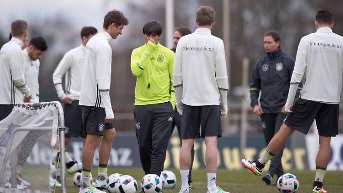 Bundestrainer Joachim Löw empfing 14 der 26 nominierten Spieler zum ersten DFB-Training im EM-Jahr 2016.