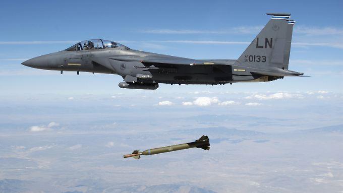 """US-Jets - im Bild eine F-15 - töteten bei dem Luftangriff """"Dutzende"""" Kämpfer."""