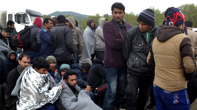 """Flüchtlinge warten auf die Weiterfahrt zum """"Hotspot"""" Moria auf Lesbos"""