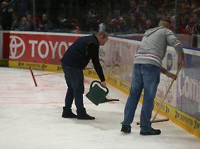 Das Foul des Berliners Milan Jurcina hinterließ blutige Spuren auf dem Eis.