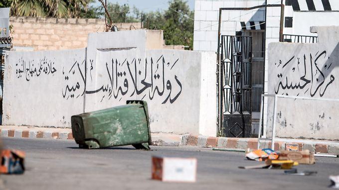 Eine Serie von Gebietsverlusten des IS begann etwa ein Jahr nach Ausrufung des Kalifats.