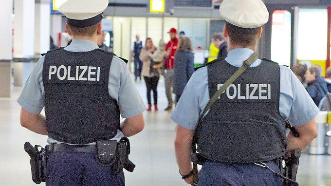 Bundespolizisten patrouillieren am 23.03.2016 am Flughafen von Stuttgart (Baden-Württemberg).