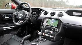Die spezielle Charme US-amerikanischer Sportwagen-Cockpits findet sich auch im Mustang wieder.