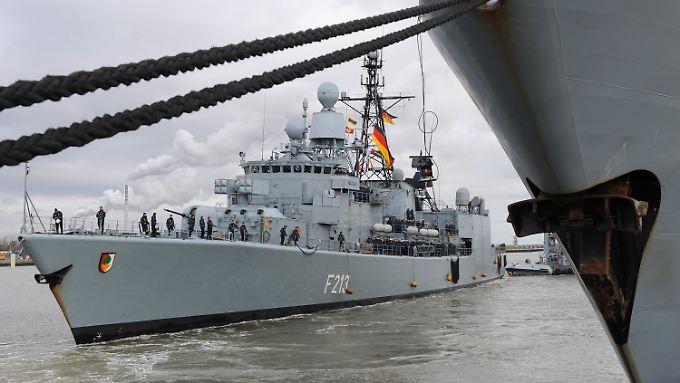 """Heimkehr nach 126 Tagen auf See: Die """"Augsburg"""" läuft in den Marinestützpunkt Wilhelmshaven ein."""