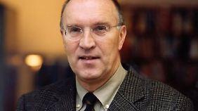Christian Hacke ist Professor für Politikwissenschaften und lehrte unter anderen an der Rheinischen Friedrich-Wilhelms-Universität Bonn.