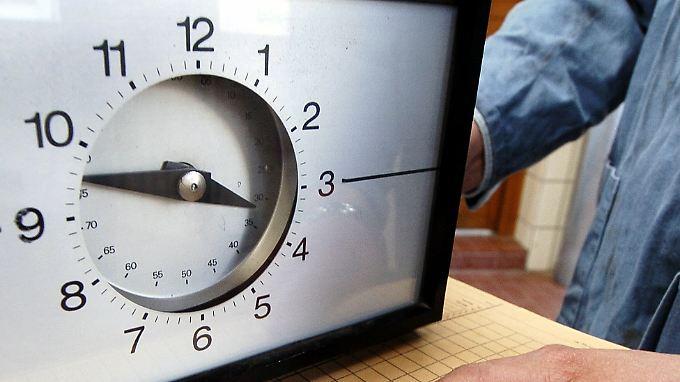 Durchschnittlich 77 Stunden mehr stehen am Ende jedes Jahres bei Erwerbstätigen in den neuen Bundesländern auf der Stechuhr.