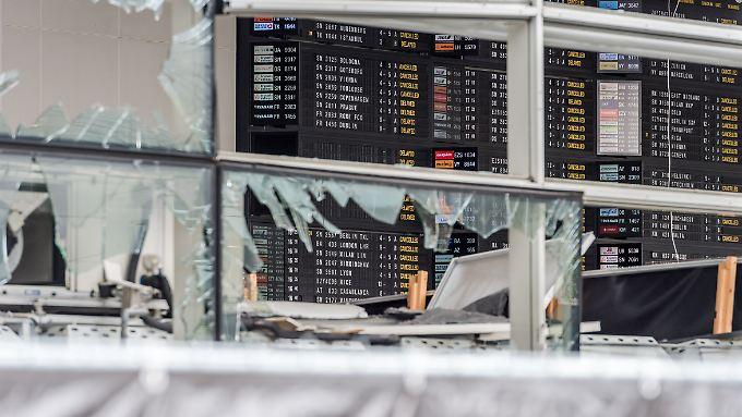 Blick in die verwüstete Abflughalle: Frühestens am Dienstag nach Ostern kann der Flughafen wieder den Betrieb aufnehmen.