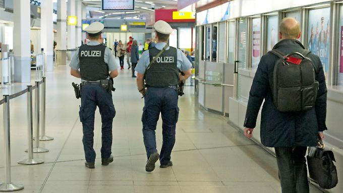 Polizisten patrouillieren am Berliner Flughafen Tegel.