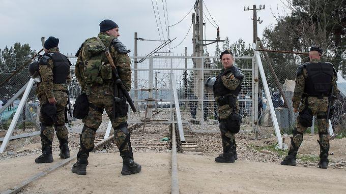 Mazedonische Soldaten sichern den Grenzübergang in der Nähe des provisorischen Lagers von Idomeni.