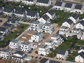 Im Jahr 2015 wurden Gutachtern zufolge über 200 Milliarden Euro in Wohnungen, Häuser und Grundstücke investiert.