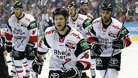 Die Kölner Haie rund um Patrick Hager (vorn) waren erst am Ostermontag ins Halbfinale um die deutsche Eishockeymeisterschaft eingezogen.