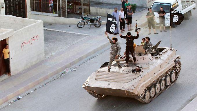 Kämpfer der Terrormiliz IS in der Islamisten Hochburg im syrischen Rakka