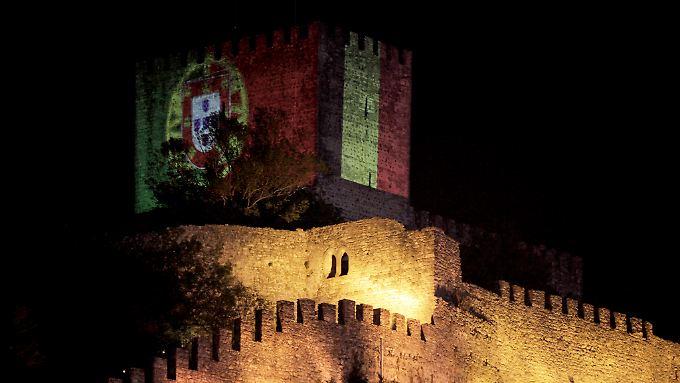 Die Burg von Leiria wurde in den belgischen Nationalfarben angestrahlt.