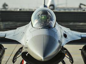 Schmale Tragflächen, nur ein Triebwerk: Die F-16 wurde für den schnellen Luftkampf entworfen.