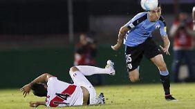 Werder Bremens Pizarro (liegend) musste beim Länderspiel seiner Peruaner gegen Uruguay verletzt ausgewchselt werden.