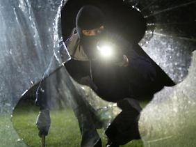 Wenn Einbrecher im Haus waren, sind Betroffene erst einmal geschockt. Doch sie sollten sofort die Polizei und die Versicherung informieren.