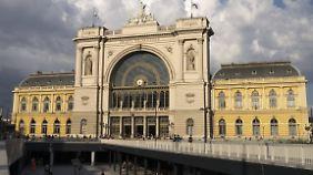 Die Züge aus Deutschland kommen im Budapester Bahnhof Keleti an.