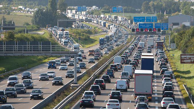 Alle Autofahrer sollen sich angemessen an der Finanzierung deutscher Straßen beteilgen, sagt Verkehrsminister Alexander Dobrindt.