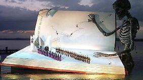 """Spektakulärer könnte eine Bühne nicht sein: Hier wird Verdis """"Ein Maskenball"""" in Bregenz auf der Seebühne aufgeführt."""
