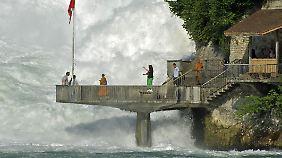 Am südlichen Rheinufer kommt man dem Wasserfall auf einer Terrasse ganz nah.