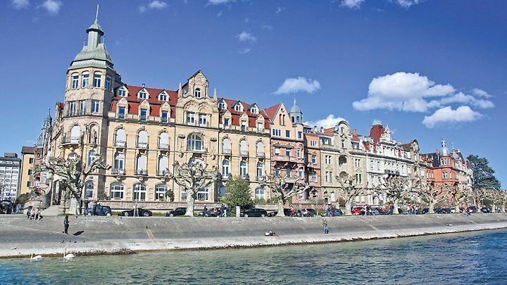 Die Jugendstilhäuser an der Seestraße blicken direkt auf die Konstanzer Altstadt.